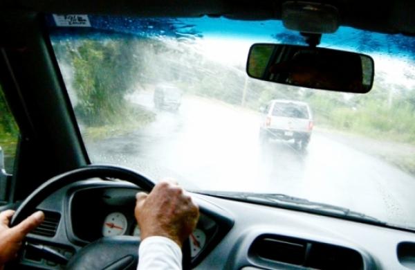 Cách xử lý kính bị mờ khi lái xe dưới trời mưa cực kỳ tiện lợi và hữu ích